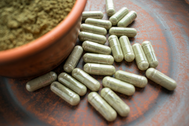 supplement-kratom-green-capsules-powder-brown-plate_72482-183